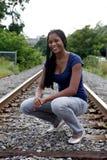 Adolescente feliz, negro en pistas de ferrocarril Imagen de archivo