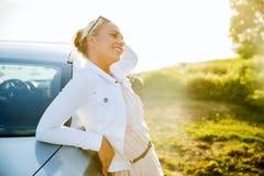 Adolescente feliz o mujer joven cerca del coche Imagen de archivo libre de regalías