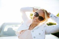 Adolescente feliz o mujer joven cerca del coche Fotografía de archivo