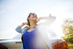Adolescente feliz o mujer joven cerca del coche Fotos de archivo