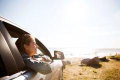 Adolescente feliz o mujer joven en coche Imagen de archivo libre de regalías