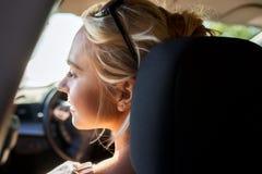 Adolescente feliz o mujer joven en coche Foto de archivo libre de regalías