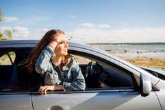 Adolescente feliz o mujer joven en coche Fotografía de archivo