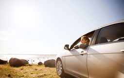 Adolescente feliz o mujer joven en coche Fotos de archivo