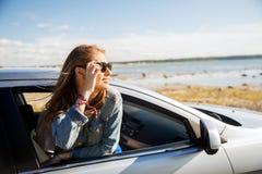 Adolescente feliz o mujer joven en coche Foto de archivo