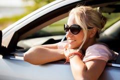 Adolescente feliz o mujer joven en coche Fotografía de archivo libre de regalías