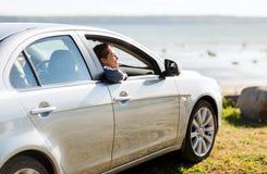 Adolescente feliz o mujer joven en coche Imagen de archivo