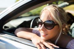 Adolescente feliz o mujer joven en coche Fotos de archivo libres de regalías