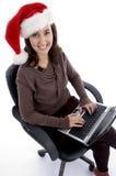 Adolescente feliz ocupado con la computadora portátil que mira la cámara Foto de archivo