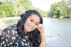Adolescente feliz por el río Imagenes de archivo