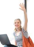Adolescente feliz que acena um cumprimento Imagens de Stock