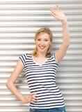 Adolescente feliz que acena um cumprimento Fotografia de Stock