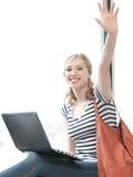 Adolescente feliz que acena um cumprimento Imagem de Stock