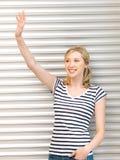 Adolescente feliz que agita un saludo Foto de archivo libre de regalías