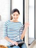 Adolescente feliz que agita un saludo Imagen de archivo libre de regalías