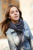 Chica joven en una calle de la ciudad Fotos de archivo libres de regalías