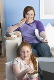 Adolescente feliz que come gemas Fotos de archivo