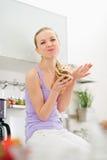 Adolescente feliz que come la crema del chocolate del tarro Fotografía de archivo