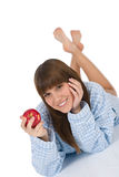 Adolescente feliz que come la manzana sana para el desayuno Imagen de archivo libre de regalías