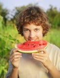 Adolescente feliz que come la sandía Fotografía de archivo libre de regalías