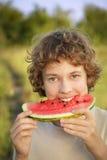 Adolescente feliz que come la sandía Foto de archivo