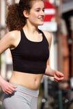 Adolescente feliz que corre al aire libre Imagen de archivo
