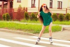 Adolescente feliz que descansa sobre al aire libre rollerblading Fotografía de archivo