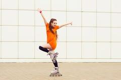 Adolescente feliz que descansa sobre al aire libre rollerblading Foto de archivo libre de regalías