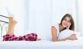 Adolescente feliz que despierta y que sonríe dentro Imagenes de archivo