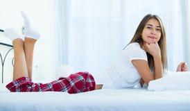 Adolescente feliz que despierta y que sonríe dentro Fotos de archivo libres de regalías