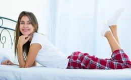 Adolescente feliz que despierta y que sonríe dentro Imágenes de archivo libres de regalías