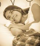 Adolescente feliz que despierta y que sonríe dentro Foto de archivo