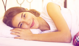 Adolescente feliz que despierta y que sonríe dentro Foto de archivo libre de regalías
