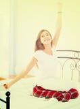 Adolescente feliz que despierta y que sonríe dentro Fotografía de archivo libre de regalías