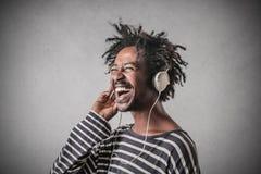Adolescente feliz que escucha la música Fotos de archivo