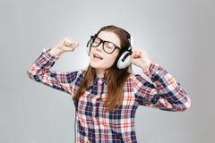 Adolescente feliz que escucha la música en auriculares Imagenes de archivo