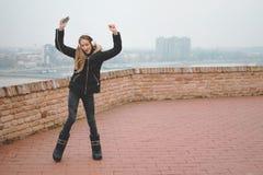 Adolescente feliz que escuta a música e a dança fotografia de stock