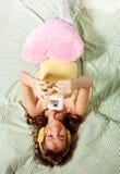 Adolescente feliz que fotografía con con el teléfono Fotos de archivo libres de regalías