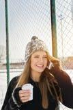Adolescente feliz que habla en el teléfono Foto de archivo