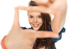 Adolescente feliz que hace el marco de fingeres Fotos de archivo libres de regalías