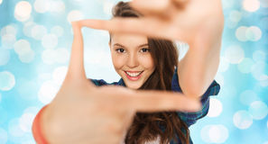 Adolescente feliz que hace el marco de fingeres Fotografía de archivo libre de regalías