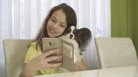 Adolescente feliz que hace el selfie con su perro Fotos de archivo