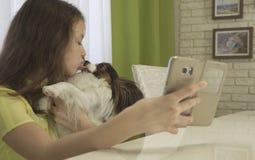 Adolescente feliz que hace el selfie con su perro Fotografía de archivo