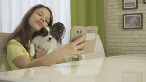 Adolescente feliz que hace el selfie con su perro Foto de archivo