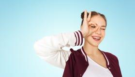 Adolescente feliz que hace la cara y que se divierte Fotos de archivo