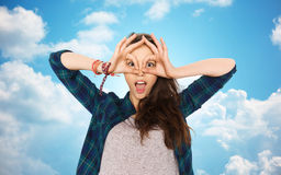 Adolescente feliz que hace la cara y que se divierte Foto de archivo libre de regalías