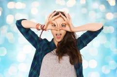 Adolescente feliz que hace la cara y que se divierte Imagenes de archivo