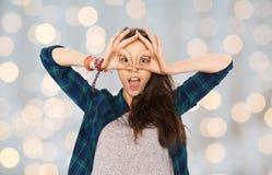 Adolescente feliz que hace la cara y que se divierte Fotografía de archivo libre de regalías