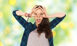 Adolescente feliz que hace la cara y que se divierte Imagen de archivo