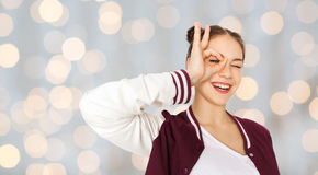 Adolescente feliz que hace la cara y que se divierte Fotos de archivo libres de regalías